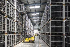 V urejenih skladiščih so gume za viličarje majhne in gladke za enostavno upravljanje